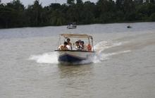 Tàu chở cát bị tông chìm ở sông Sài Gòn, 2 mẹ con mất tích
