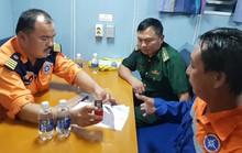 16 giờ vật lộn cứu ngư dân bị nạn khi áp thấp cận kề