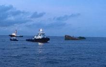 Va chạm với tàu nước ngoài, 8 người rơi xuống biển