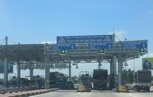 Tài xế dùng ô tô cố thủ giữa trạm BOT Nam Bình Định đòi giảm giá vé