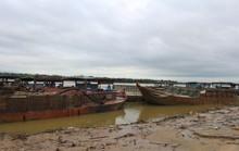 CSGT dầm mưa bắt 6 tàu rút ruột sông Thu Bồn