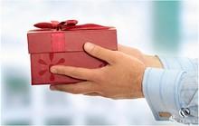 Bị cách chức vì món quà 'lỡ tặng cho cấp trên