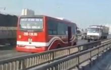 Tắc đường, xe khách liền quay đầu chạy ngược chiều đường trên cao