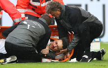 Xem cú lên gối của thủ môn khiến đối thủ bất tỉnh