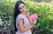Người mẫu bị phạt vì chụp ảnh bên hoa sen quý