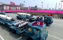 Diễu binh rầm rộ, Triều Tiên lần đầu khoe tên lửa tàu ngầm