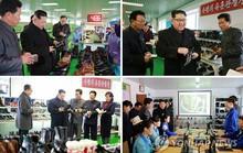 Ông Kim Jong-un cúi chào công nhân