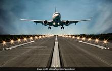 Máy bay va chạm xe tải tại sân bay, 8 người nhập viện