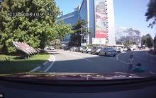 Clip: Hai con rơi khỏi ôtô mà mẹ không hề hay biết