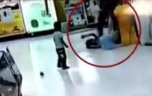 Trung Quốc: Cha lấy chổi siêu thị đánh con gái