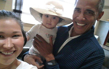 Ông Obama gây sốt với ảnh bế em bé Alaska