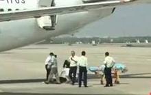 Nữ tiếp viên rơi xuống đất khi chuẩn bị cất cánh
