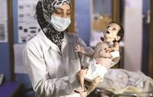 Cạn lương thực, người dân Syria phải lục thùng rác