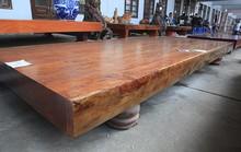 Sập gỗ nguyên khối nặng hơn 4 tấn, hiếm có xuất hiện ở Hà Nội