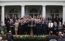 """Ông Trump ăn mừng vì Obamacare bị """"khai tử"""""""