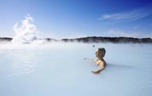 Hồ nước nóng giữa vùng băng giá đẹp nhất thế giới