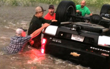 Nghẹt thở giải cứu ba cha con trong xe lật úp như phim