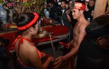 Đỏ mặt chen nhau xem lễ hội phồn thực lúc nửa đêm
