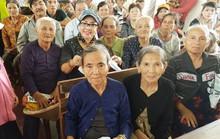 NSND Lệ Thủy rơi nước mắt trước những nạn nhân bão lũ miền Trung
