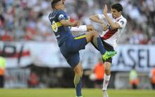 Cú kungfu của De Jong được tái hiện ở derby Argentina