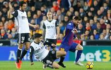 Trọng tài quyết phá, Barcelona suýt trắng tay ở Mestalla