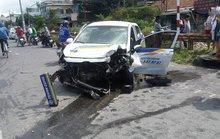 Taxi tông gãy cột điện, 3 người bị thương