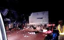 Đầu xe tải găm vào xe khách, 16 người thương vong