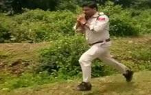 Cảnh sát ôm bom chạy 1 km cứu 400 học sinh