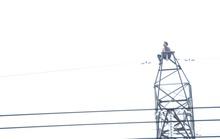 Một thanh niên leo lên trụ cao thế khiến Bình Dương - Tây Ninh cúp điện