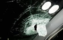 Chở vợ con trên cao tốc, bị ném gạch thủng kính ô tô