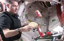 Video: Nhà du hành vũ trụ làm bánh sandwich trong không gian