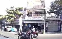 Bắt được thanh niên đi xe máy bằng chân