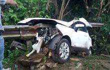 """Tai nạn kinh hãi, thanh rào chắn quốc lộ """"xẻ đôi"""" xế hộp"""