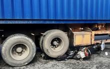 Clip: Xe đầu kéo ôm cua cuốn 2 xe máy, 2 người trọng thương