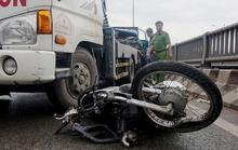 Xe ben kéo lê xe máy hơn 20m trên cầu Tham Lương