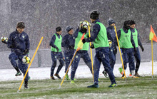 U23 Uzbekistan cực khoẻ, tập bất chấp mưa tuyết