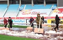 Chùm ảnh sân thi đấu chung kết U23 Việt Nam chạy đua với mưa tuyết