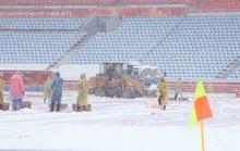 Trước trận U23 Việt Nam - Uzbekistan: Sân bóng ngập trong tuyết