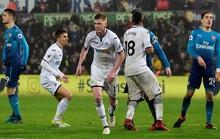 HLV Wenger nổi điên với hàng thủ Arsenal sau trận thua Swansea