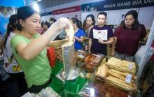 Săn hàng Tết giảm giá ở hội chợ