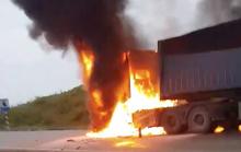 Xe container bỗng bốc cháy ngùn ngụt khi leo dốc, tài xế tông cửa thoát thân