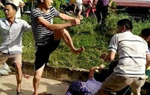 Bị ngăn chặt cây hoa sữa, 8 người xông ra đánh, chém vợ chồng hàng xóm dã man