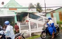 Xe khách đâm vào nhà, 5 người bị thương