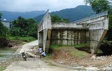 Cây cầu 15 tỉ đồng xây xong để làm cảnh, dân vẫn lội suối