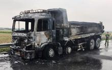 Xe tải chở nhựa đường cháy ngùn ngụt trên quốc lộ