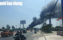 Bị cột khói khổng lồ vắt ngang, quốc lộ 13 hỗn loạn