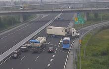 Xe container ngang nhiên quay đầu, đi ngược chiều trên cao tốc Hà Nội-Hải Phòng