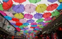 Mới lạ đường ô rực rỡ sắc màu ở làng lụa Vạn Phúc