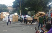 Bất chấp khói lửa, công nhân lao vào cứu hàng hóa công ty gỗ