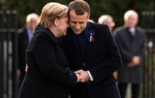 TT Trump ngại mưa, ông Macron và bà Merkel nắm chặt tay đồng lòng
